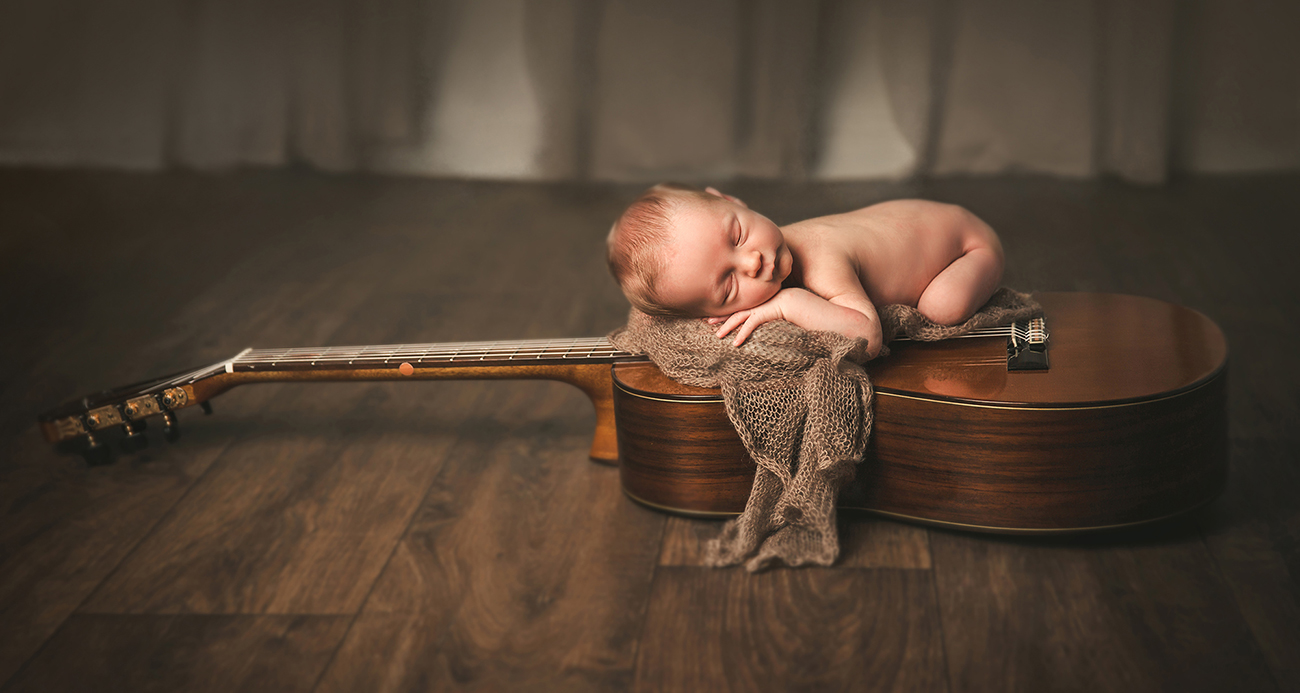 yolanda santamaria fotografia de bebes y recien nacidos bebe con guitarra